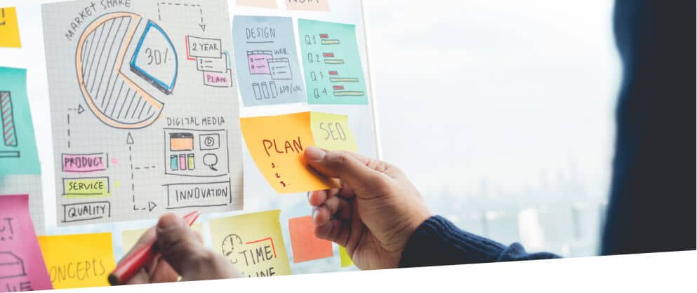 man holding planning sticky note for marketing and seo splanning